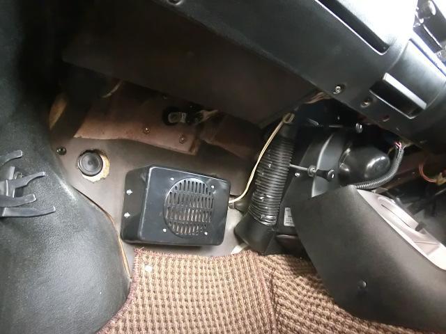 助手席足下も大変綺麗。こんな所にラジオのスピーカーが付いてます。