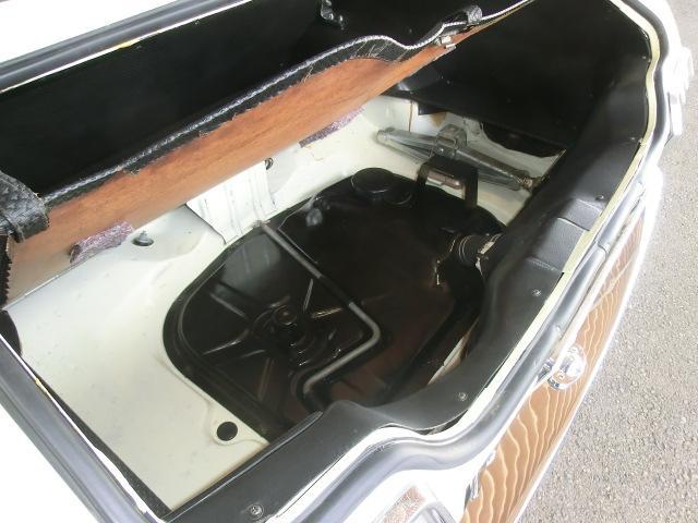 綺麗なトランクフロアをご覧下さい。綺麗なガソリンタンクはオーバーホール済みで安心。