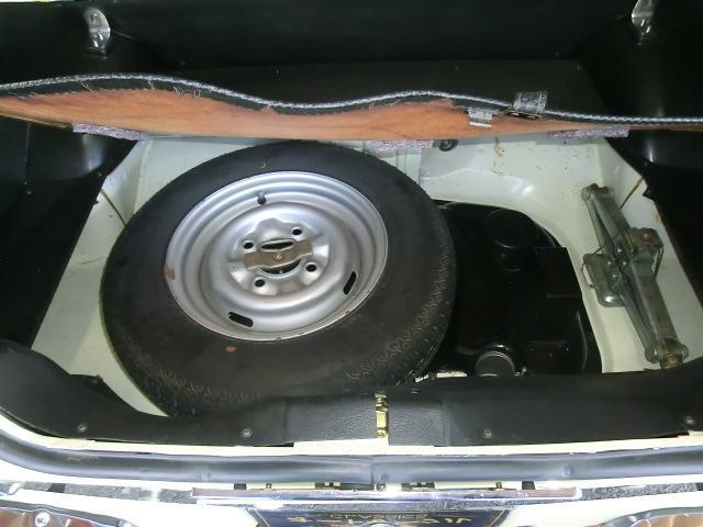 スペアタイヤ横とジャッキの間には少しの洗車用品などが置けるスペースが有ります。