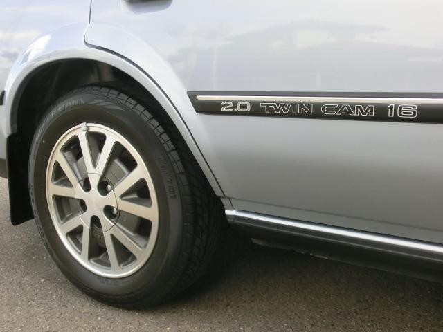 モールに2.0 TWIN CAM 16 と入り、横から見ても高性能エンジン搭載を主張しています。