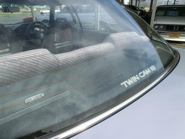 リアボードに見えるスピーカーにはLIVE SOUNDのマークが付きます。当時のトヨタ車上級グレードに標準装備でした。リアウインドゥにはTWIN CAM 16 のデカールが貼られます。