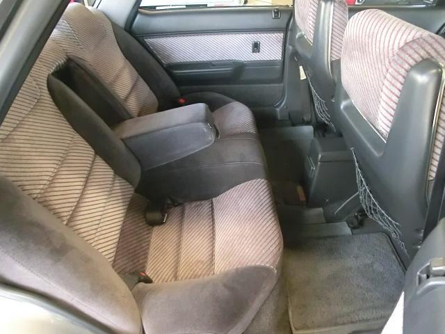 フロントシート後部も綺麗です。乗車定員は5名ですが、後ろに大人3人乗ったら少々きついですね。