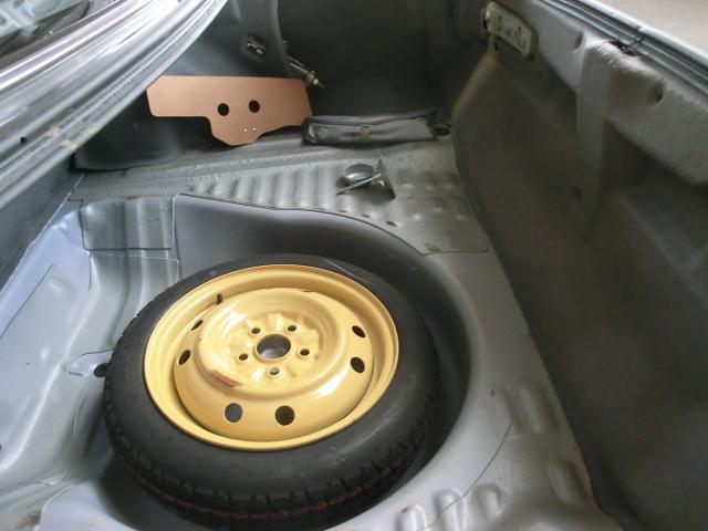 スペアタイヤ、工具も完備。綺麗なトランクフロアが車の状態良さを物語ります。