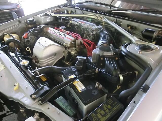 エンジンルームに大きな変更、改造ははございません。