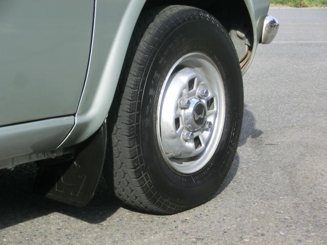 タイヤサイズは145/10 小さいですね。ロゴ入りマッドガードの状態は良好です。