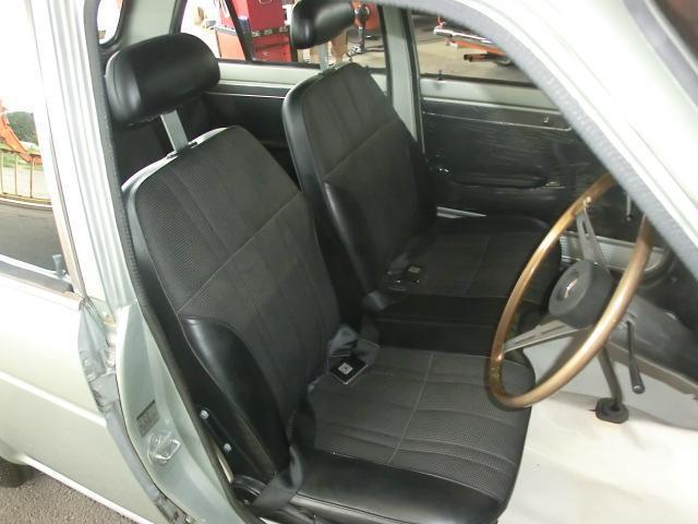 運転席座面の縫い目に少しの切れがありますが、その他酷い傷み無く、状態良いフロントシート。