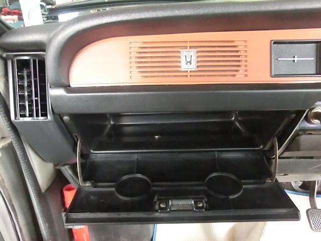 端までウッド調パネルで覆われたダッシュパネル前面。Hマークの付いたスリットの裏にはラジオのスピーカーが付いています。