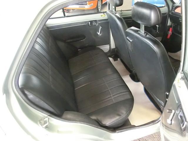 意外と居住性の良い後部座席。フロントシート背面。ドアトリム、良い状態です。