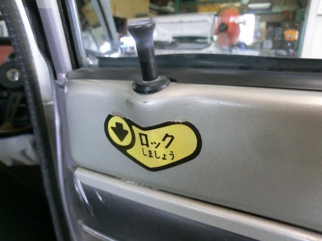 「ロックしましょう」のステッカーは、リアドアにのみ貼られています。