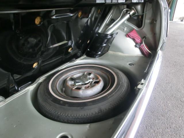 傷みやすいトランクフロアが大変綺麗で驚きます。スペアタイヤは当時物バイアスのリボンタイヤが残っていました。