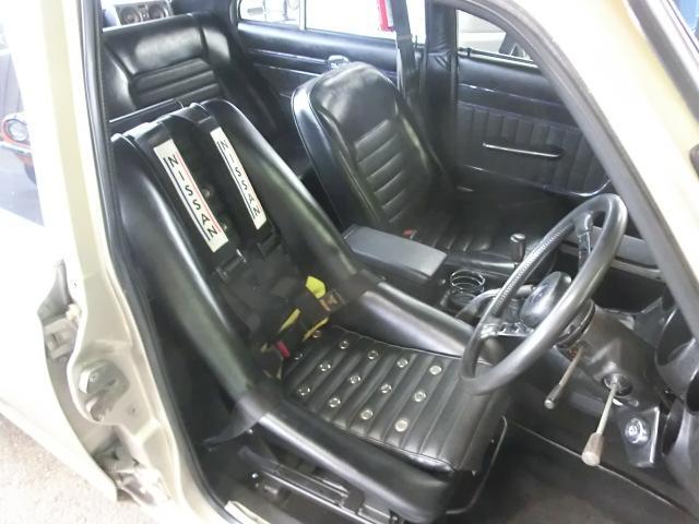 運転席はダットサンバケット サベルト4点式シートベルト装着。