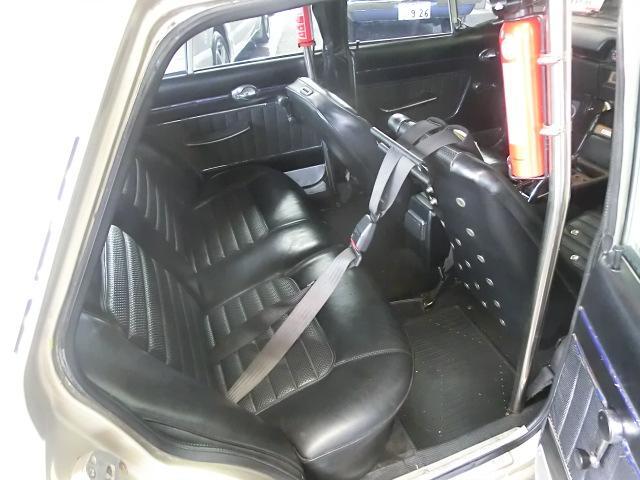 4点式シートベルト装着の為、運転席後部に乗車出来ません。