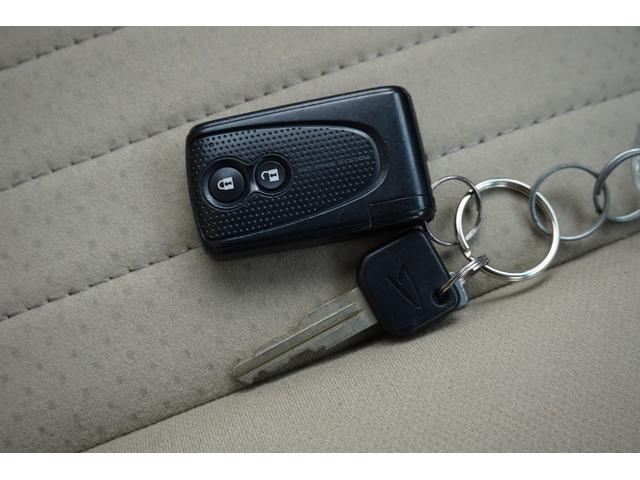 スマートキー付き☆キーを持っているだけで、ドアハンドル横のボタンを押すとドアの施錠・開錠が行えます。そのままキーが車内にあればエンジンをかけることもでき、とても便利です!!