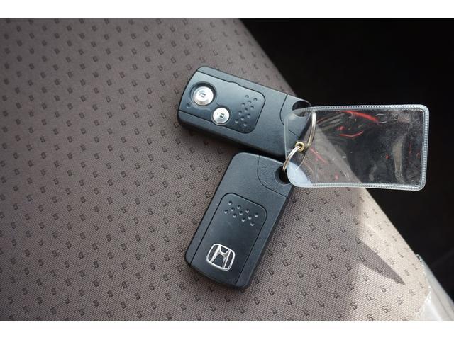 スマートキー2本付き☆キーを持っているだけで、ドアハンドル横のボタンを押すとドアの施錠・開錠が行えます。そのままキーが車内にあればエンジンをかけることもでき、とても便利です!!