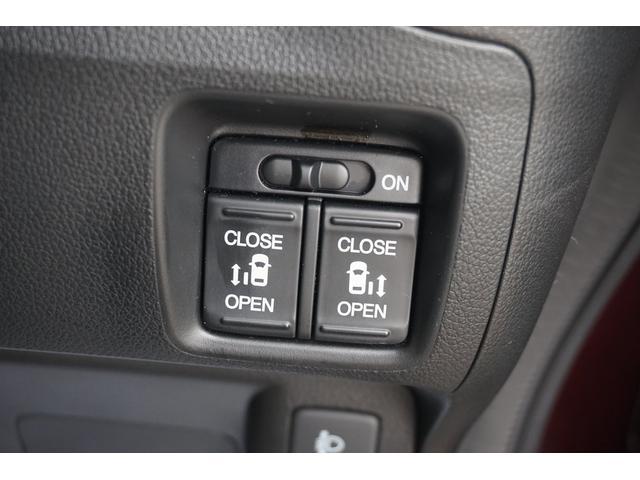年々増え続けているパワースライドドア。狭いスペースでも、隣の車を気にせず開閉ができます。どんな場所でもドアを十分に大きく開くことが出来るので乗り降りや荷物を載せるのに便利ですね!!