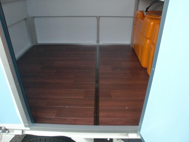 床には11ミリコンパネにフロアクッション貼りです。
