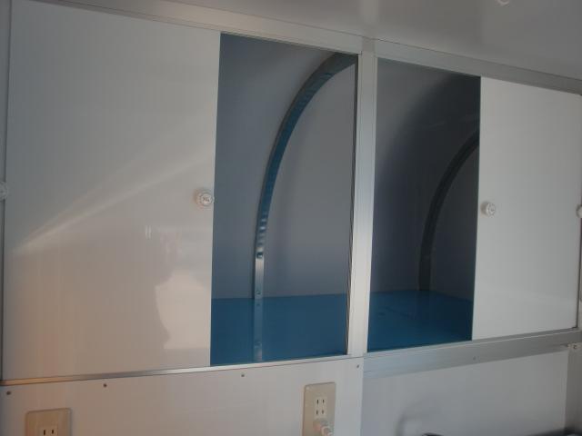 棚にはスライド式扉がついています。奥行きもあり色々と収納できます。
