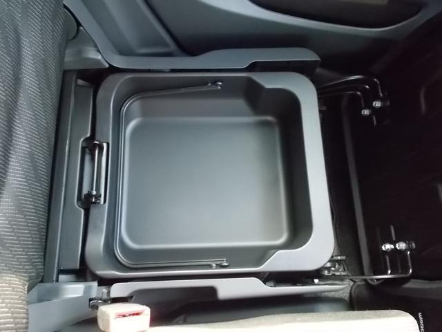 助手席シート下には、小物が入れられます♪