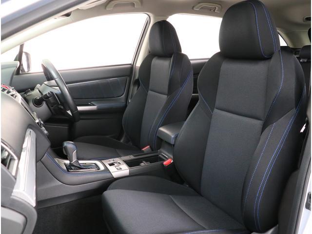フロントシートは乗り心地とサポート性を追求。運転の疲労を軽減し、正確な操作を支えます。ヘッドレストには上下だけでなく角度も調整できる可倒式を採用!
