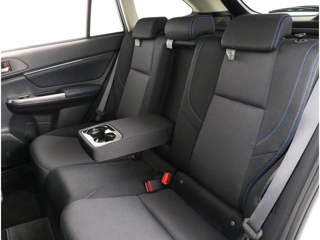 後部座席にはセンターアームレストがございます!ドリンクフォルダも付いているので便利です!