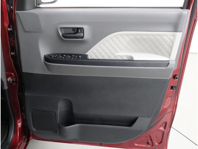 前席のドアポケットはドリンクも入れられるスペース!