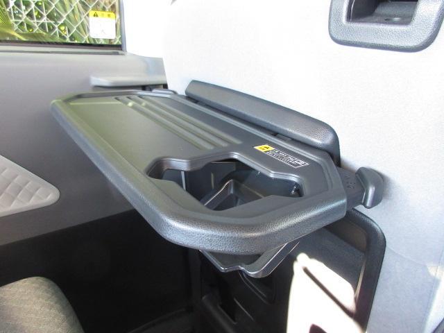 後席には折り畳み式シートバックテーブルが付いております。使用しない時は折りたたんでおけます。