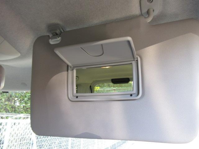 運転席、助手席ともにサンバイザーに鏡が付いております。