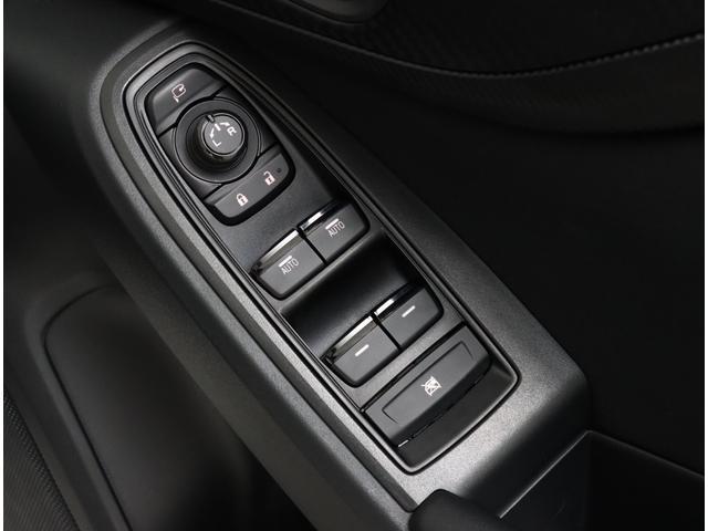 パワーウィンドウやサイドミラーの格納スイッチは運転席ドアに集中しておりますので操作もしやすいです♪