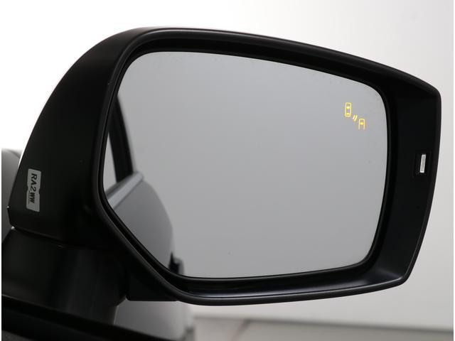 車体後部に内蔵されたセンサーによって、自車の後側方から接近する車両を検知。衝突の危険があるとシステムが判断した場合、ドアミラー内側のLEDインジケーターや警報音でドライバーに注意を促します。