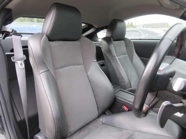 ホールド感に優れるだけでなく、長距離ドライブの疲労も軽減してくれる純正ハーフレザーシート付です!