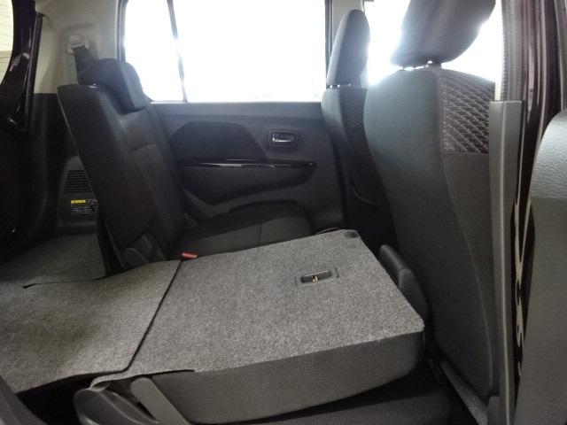後席シートを倒せば奥行きが確保できます。長い物など収納可能となっております。