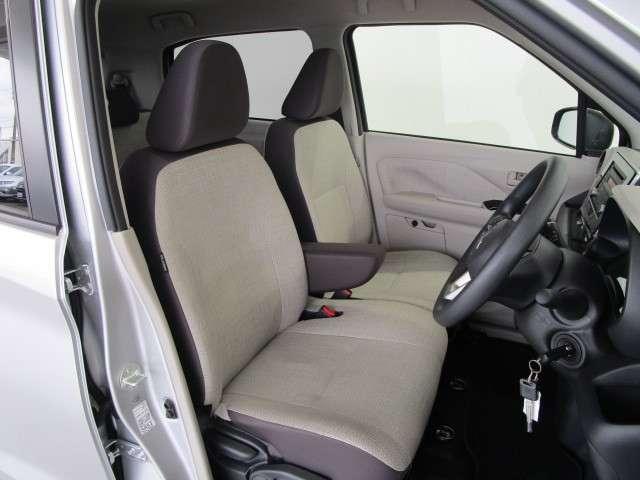フロントシートにアームレスト装備。シートヒーター付きで寒い日も快適です。