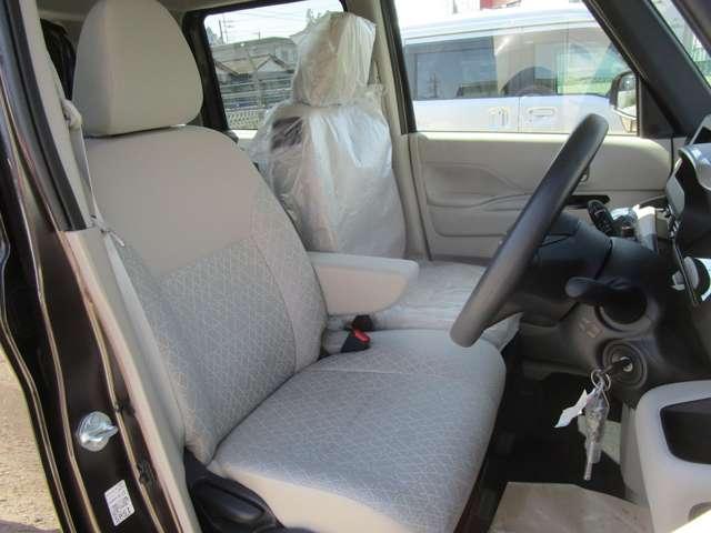 フロントシートはアームレスト付きベンチシートです。