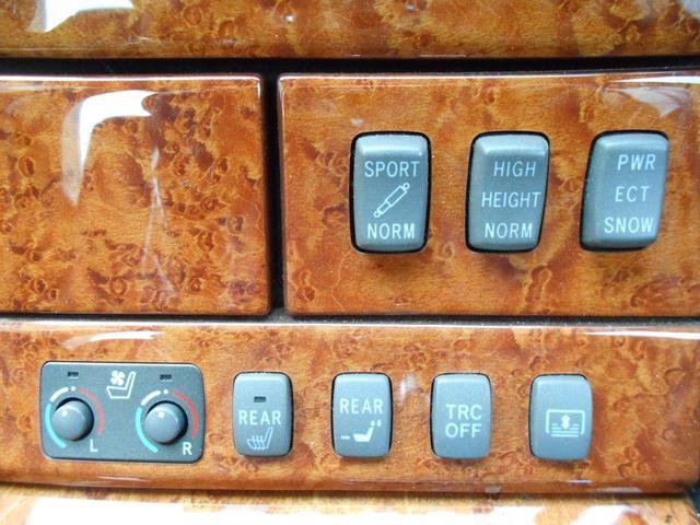各種スイッチには、前席シートヒーターやリヤ電動サンシェードなど装備充実!