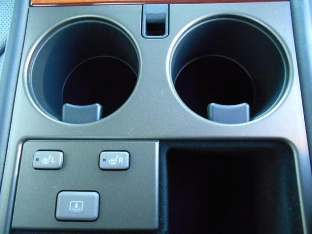 リヤセンターアームレストに、リヤシートヒーターや電動サンシェードスイッチ付き!