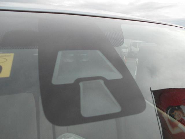 エマージェンシーブレーキはフロントガラスにカメラが付いてます。