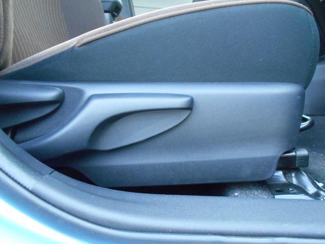 運転席シートは上下出来るリフター付きです。