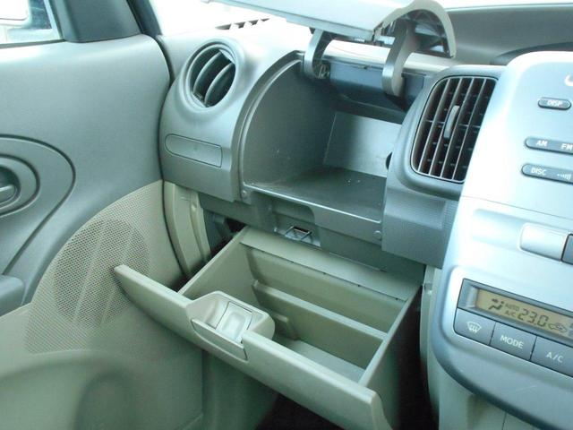 助手席側にはグローボックスや小物入れなど収納沢山あります。