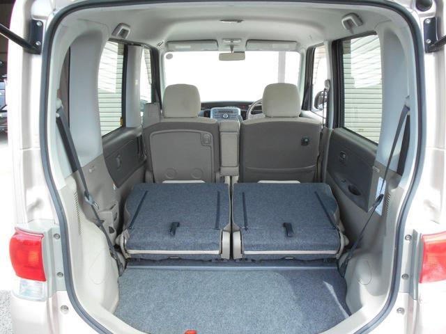 トランクルームはリヤシートを前に倒して広く使用できます。