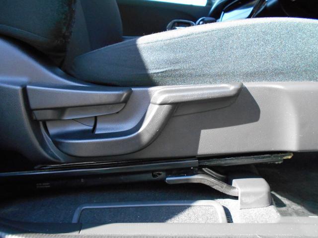 運転席は上下可能シートリフター付き。