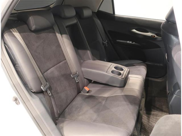 後部座席の真ん中には格納式のアームレストが付いています。