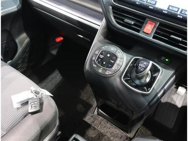 デュアルオートエアコン付きです。運転席・助手席でそれぞれ吹き出す風の温度や風量など自動調整してくれます。一定の温度にセットするだけで自動的に車内を設定温度に保ってくれるので快適です。