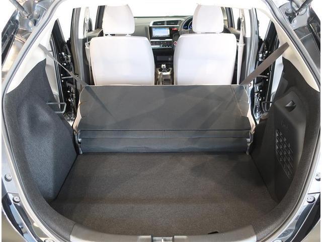 後席シートを倒せば、大きな荷物も楽々収納できます。