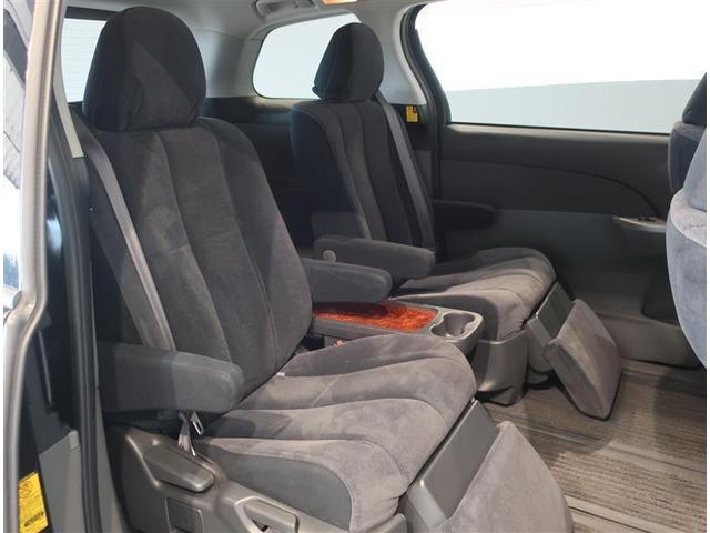 分割タイプのセカンドシート。オットマンも付いていますので、長時間のドライブも快適です。