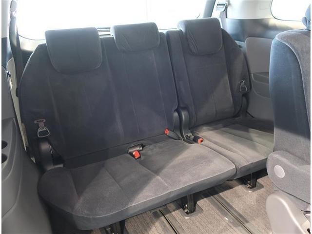 サードシートの足元も広めですので、大人が乗ってもゆとりがあります。