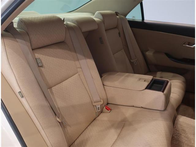 ゆったりとした後席シート。中央にあるアームレストは収納可能です。