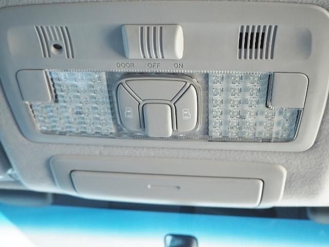 左右両側自働スライドドアが付いています。ワンタッチで簡単にお子様でも、お年寄りの方でも、開閉できますからとても便利です。キーレスや車内スイッチでも自動でドアの開閉できます。