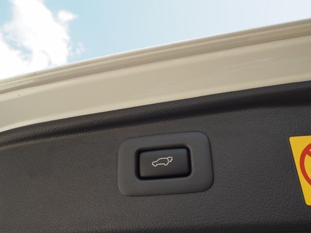 パワーバックドア(挟み込み防止機能付)・・スイッチひとつでバックドアを自動開閉。操作はスマートキー、オーバーヘッドコンソール部、バックドア下端部の各スイッチで行えます。