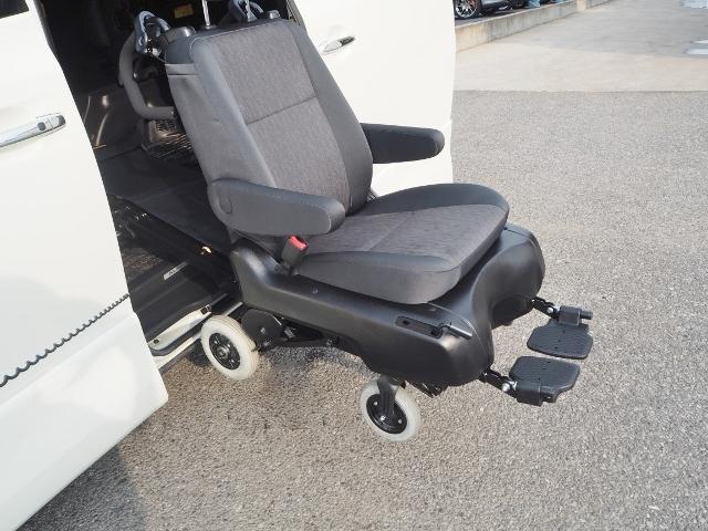 スライドドアを全開にして操作スイッチを押し続けると、シートは外側に回転し、車輪が接地すると脱着可能になります。