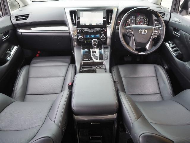 メーカーオプション★黒革シート(シートヒーター内蔵)ですので、高級感あふれるインテリアです。  OP価格約31万